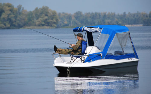 пластиковая лодка рыбака